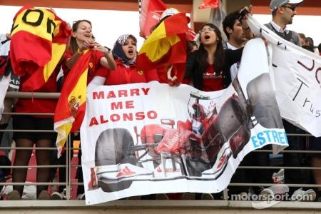 Marry me Alonso, diz a torcedora na faixa.