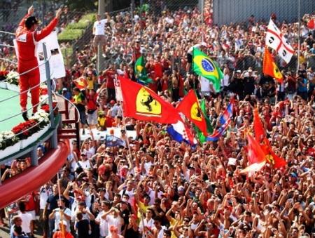 Fernando Alonso comemora com a torcida da Ferrari.