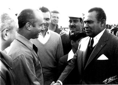 Juan Manuel Fangio encontra-se com o ditador Batista em Cuba, dias antes do sequestro.