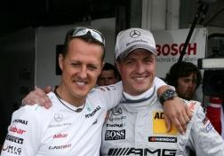 Michael e Ralf juntos nos boxes da DTM, onde o mais novo pilota pelo time da Mercedes.
