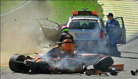 Heidfeld atinge o medical car.