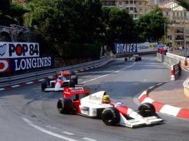 Senna em Mônaco, liderando Prost e o resto do pelotão.