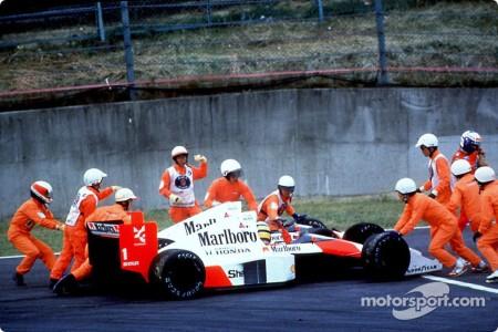 Senna e Prost colocam os dois MP4/5 pra fora da pista. Último capítulo da história vitoriosa do adorável carro.