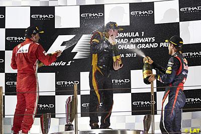 No pódio os 3 melhores pilotos de 2012. O vencedor Kimi Raikkonen, e os que disputam o campeonato, Alonso e Vettel.