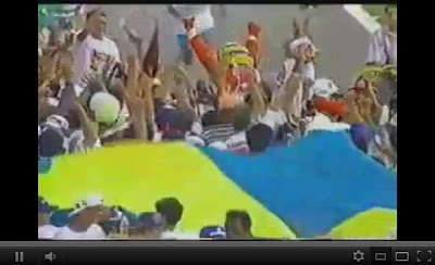 Senna em 1993 no Brasil. O motor morre na volta depois da bandeirada, e a torcida invade a pista. No braços do povo, literalmente. (infelizmente não existem fotos em boa qualidade)