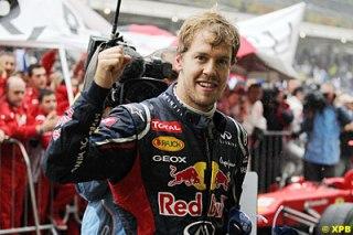 Vettel comemora. O mais novo tricampeão mundial de Fórmula 1.