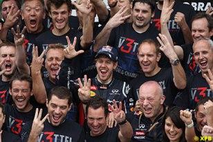 A turma da Red Bull comemora com seu pupílo.